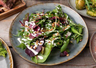 Blandet grøn salat med pinjekerner og fransk dressing